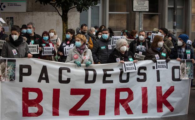 Pancarta con manifestantes detrás, Movimientos ciudadanos: Deusto, Bilbo